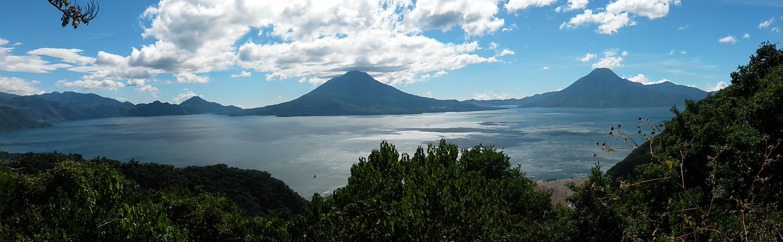 Foto panoramica del lago de Atitlan.
