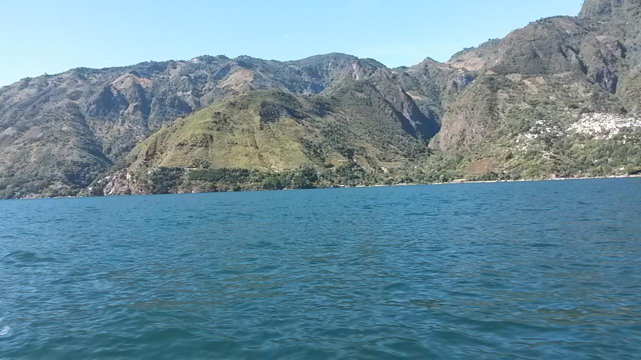 Vista desde lancha del lago de atitlan.
